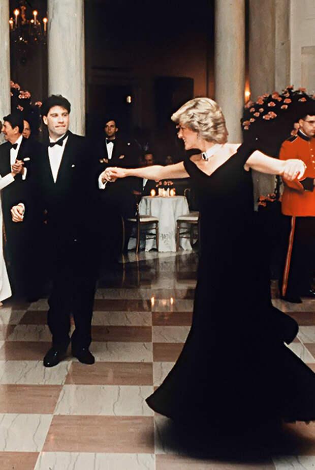 Танец с Джоном Траволтой в Белом доме, Диана в синем бархатном платье дизайнера Виктора Эдельштейна и в любимом чокере с четырьмя рядами жемчужных нитей, 1985 год