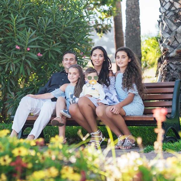 Алсу поделилась редким снимком с мужем и тремя детьми