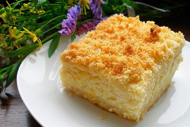 Всё смешала, сверху творог и в духовку: рецепт пирога с творогом от него «невозможно оторваться»