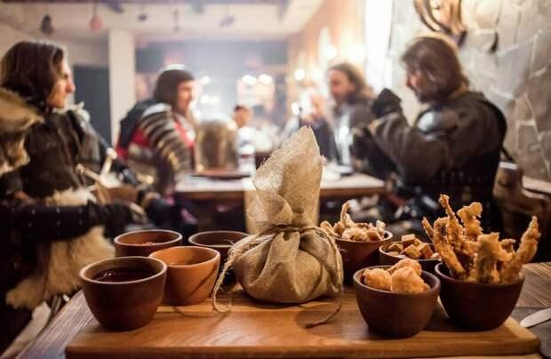 Можно ли грязно шутить и есть руками: правила застолья в Средневековье