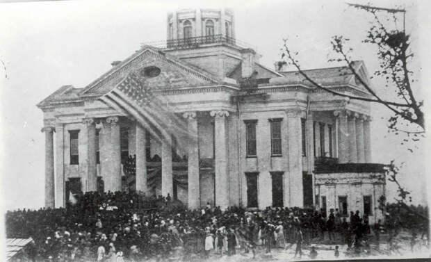 Большая толпа, собравшаяся после смерти Авраама Линкольна у здания суда в Виксбурге.