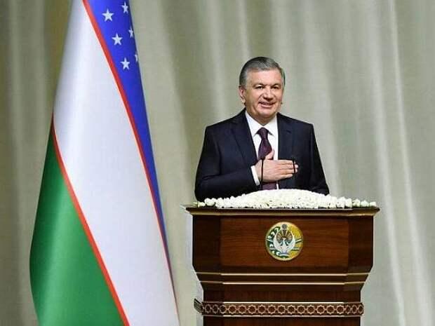 Узбекские военные и чиновники запутались в ритуалах при исполнении гимна страны (видео)