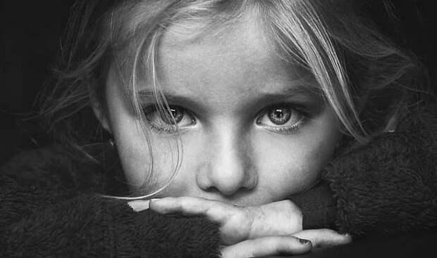 Сторож кладбища нашел маленькую девочку без сознания...
