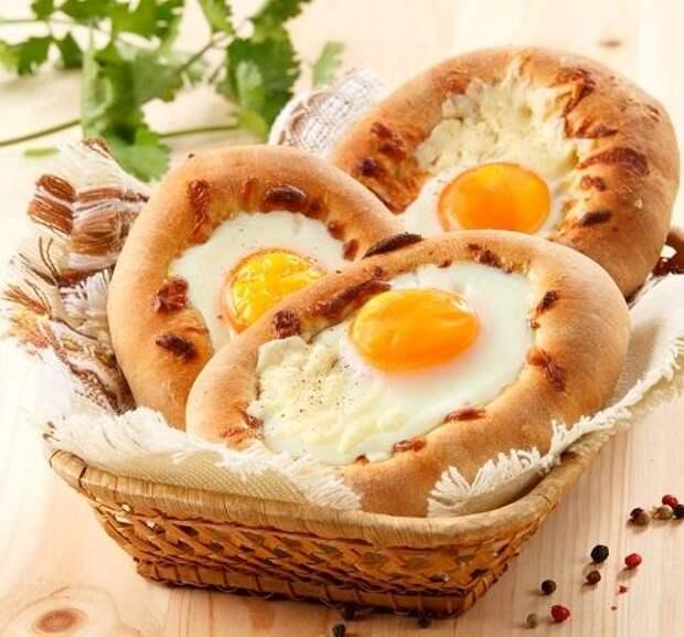 Хачапури по-аджарски с яйцами и брынзой/Фото: Олег Кулагин/BurdaMedia