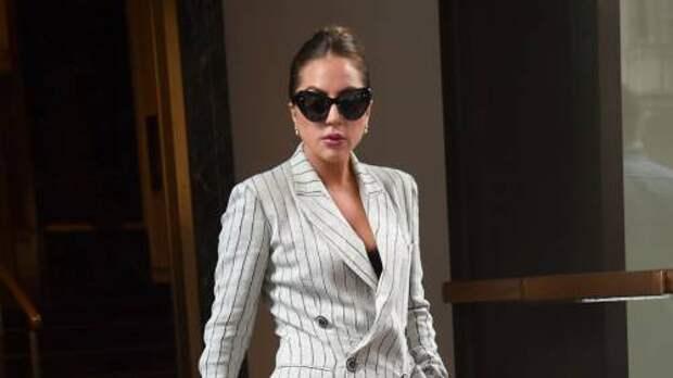 Бизнес-леди: певица Леди Гага в брючном костюме в полоску на улицах Нью-Йорка