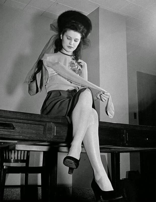 Женщина осматривает свои нейлоновые чулки, 1942 год.