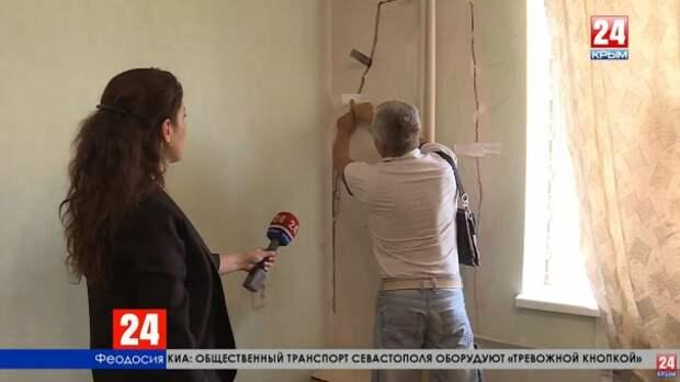 Жители одной из многоэтажек в Феодосии вынуждены покидать свои квартиры