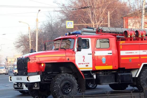 """Неэксплуатируемое здание бывшего кинотеатра """"Чайка"""" горело в Иркутске"""