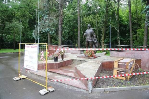 Толстой призвал восстановить памятник воину-освободителю после обращения ветерана. фото: Александр Чикин