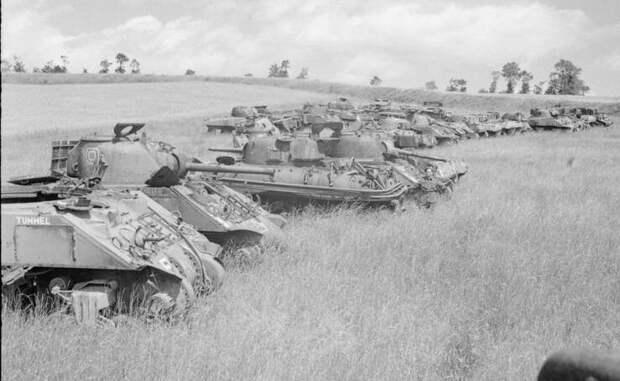 Танки  M4 Sherman ожидающие разборки - работающие агрегаты отправлялись  на гражданские нужды, остальное резалось и переплавлялось