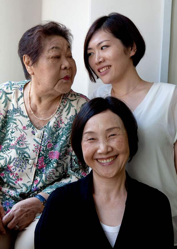 Teruko poses with her daughter Tomoko and granddaughter Kuniko