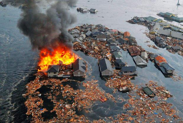 Горящие дома, унесенные в океан в Натори, префектура Фукусима