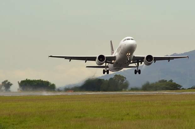 В Краснодаре самолет при посадке задел хвостом полосу