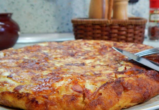 Трем картошку вместе с колбасой: завтрак как пирог за 10 минут