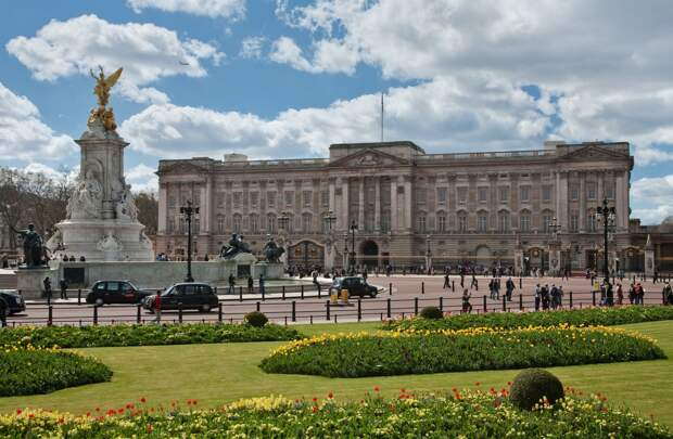 https://upload.wikimedia.org/wikipedia/commons/b/b4/Buckingham_Palace%2C_London_-_April_2009.jpg