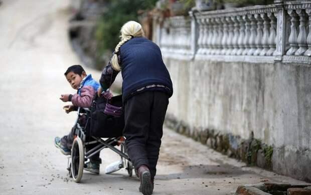 76-летняя бабушка ежедневно проходит 24 километра, чтобы отвезти внука-инвалида в школу бабушка, в мире, внук, забота, инвалид, люди, школа