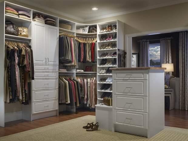 Правильно и лаконичное обустройство гардероба в малогабаритной квартире.