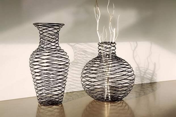Прекрасный и пожалуй очень оригинальный вариант создать вазу из проволоки, что выглядит очень интересно.