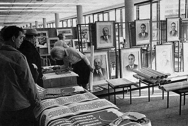 Отдел полит-агитации в Доме книги на Калининском проспекте в Москве. СССР. 1967 г.