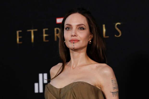 Анджелину Джоли раскритиковали за наращенные волосы