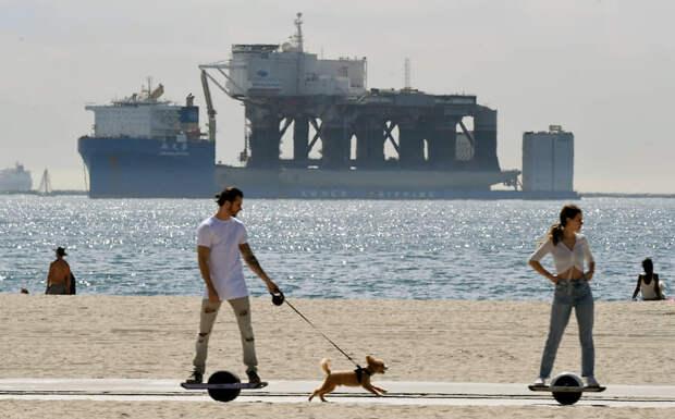 Буксиры загружают «Одиссей» на корабль Xin Guang Hua для транспортировки в Россию