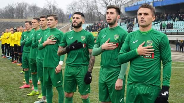 Мэр Ивано-Франковска вручил украинскую азбуку трем футболистам, после того как они дали интервью на русском языке
