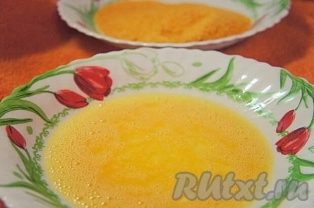 Приготовить всё для панировки картофельных палочек. В отдельной тарелке взбить вилкой яйцо с солью. В другой - панировочные сухари.
