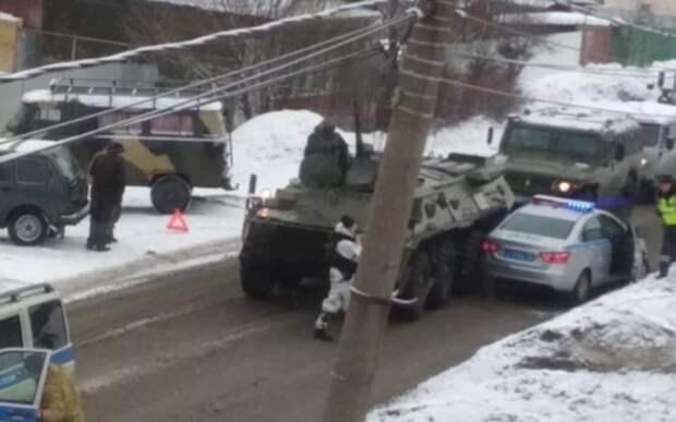 В Ярославле БТР столкнулся с автомобилем ДПС