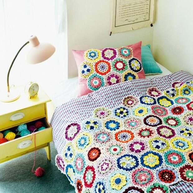 Вязаное покрывало и подушка