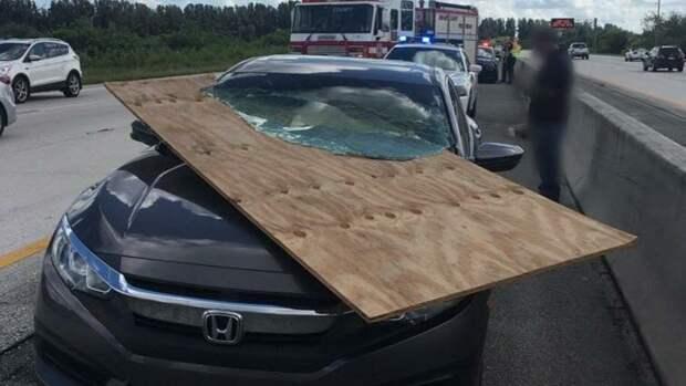 Водителю из Флориды удалось избежать серьёзных травм после того, как большой кусок фанеры пробил лобовое стекло его автомобиля авто, в мире, дорога, за рулем, опасно, подборка, прилетело