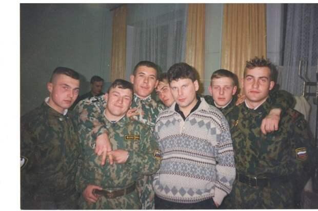 Юра Хой с солдатами ВВ после очередного концерта. Тверь, 1997 год