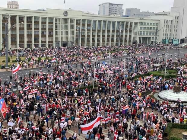 Несколько десятков тысяч человек пришли на площадь Независимости в Минске