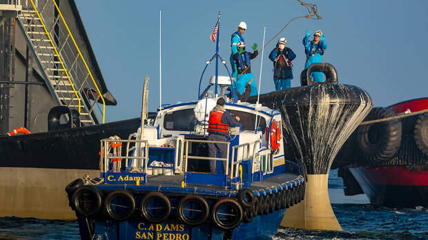 Проверка безопасности платформы «Одиссей» перед отправкой в Россию в порту Лонг-Бич, Калифорния