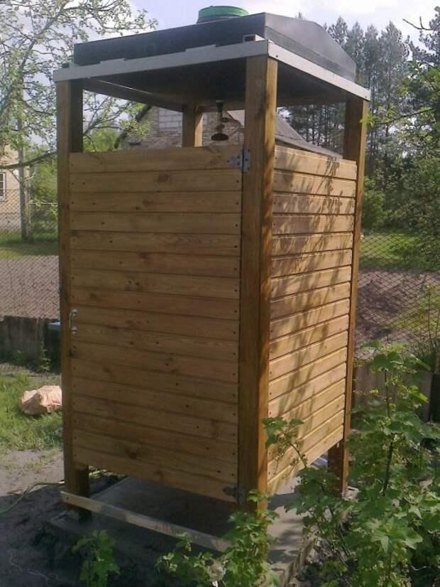 Деревянный летний душ украсит любой дачный участок. /Фото: sadovodu.com