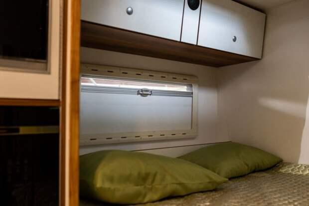 В изголовье имеется фирменное окно с москитной сеткой и шторой. Под потолком вещевые шкафчики, в крыше большой эвакуационный люк. авто, внедорожник, газ, газ-66, грузовик, дом на колесах, кемпер, обзор