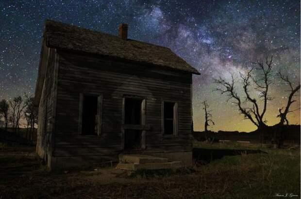 Потрясающие пейзажи, освещенные далекими галактиками
