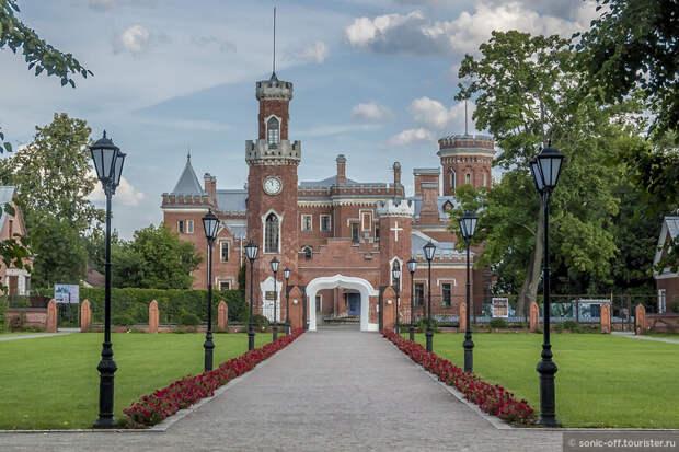Въездные ворота с часами выполнены в едином стиле с дворцом
