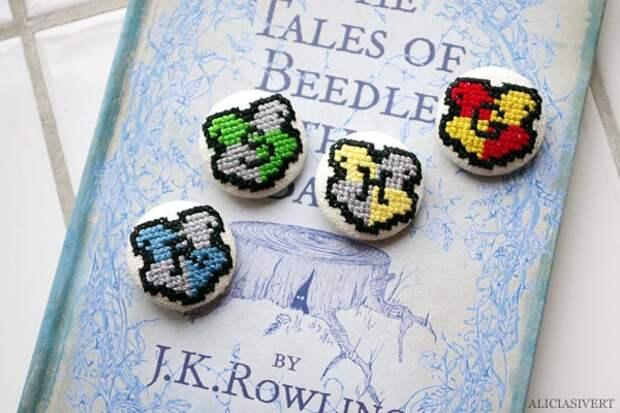 Обтяжные пуговицы, на ткани для которых были вышиты миниатюрные гербы факультетов Хогвардса.