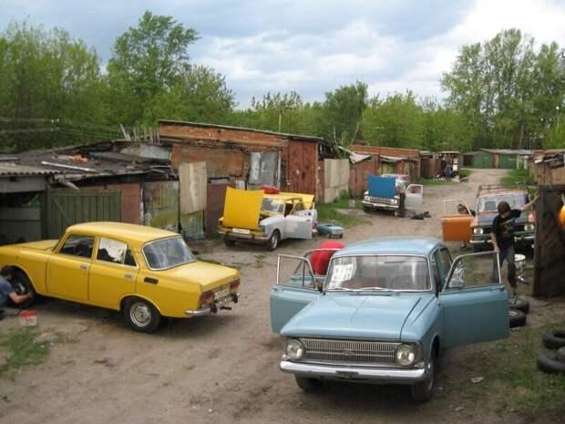 Пожалуй, одна из немногих «традиций», которая сохранилась по сей день — «зависания» в гараже сугубо мужским коллективом. СССР, история, ностальгия, фотографии