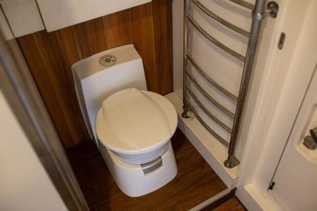 Довольно крупный и удобный туалет Dometic. У него есть и свой собственный резервуар и подключен он к сточному баку для серых вод. авто, внедорожник, газ, газ-66, грузовик, дом на колесах, кемпер, обзор