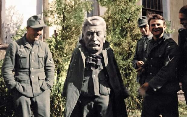 Русофобский Запад равняет коммунистов с нацистами, чтобы напасть на Россию