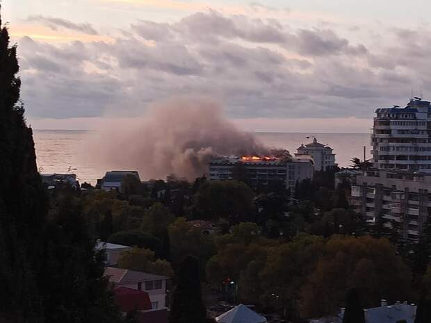 В Ялте горит санаторий Минобороны РФ
