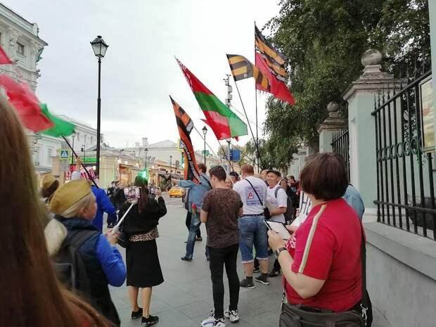 «ОМОН! Сильнее дави майданную мразь» – фанаты Лукашенко собрались в Москве