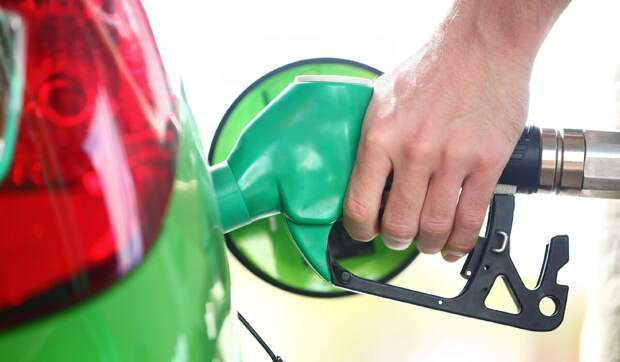 Почему у одних машин бензобак справа, а у других — слева?