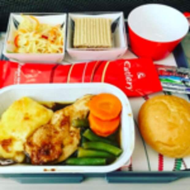 Еда в самолете: бизнес-класс против эконома на примере 20 авиакомпаний