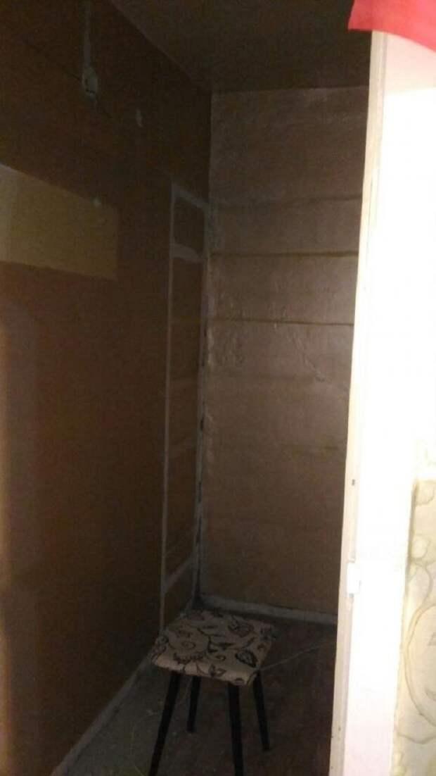 Муж превратил старую кладовку в гардеробную, где все полочки сделал своими руками