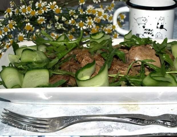 Теплый салат с руколой и куриной печенью