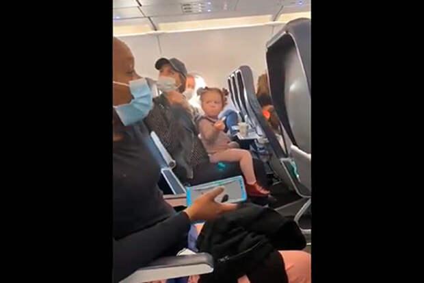 Скандал стюардессы и беременной женщины с ребенком в самолете попал на видео