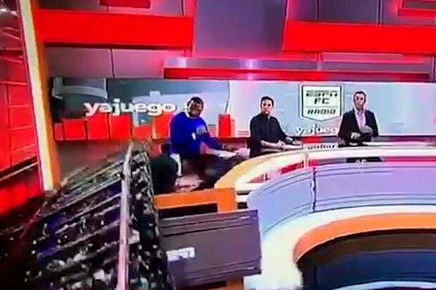 Огромный экран упал на журналиста спортивного канала в прямом эфире