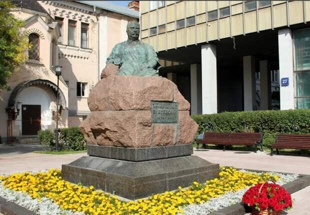 Памятник легендарному хирургу
